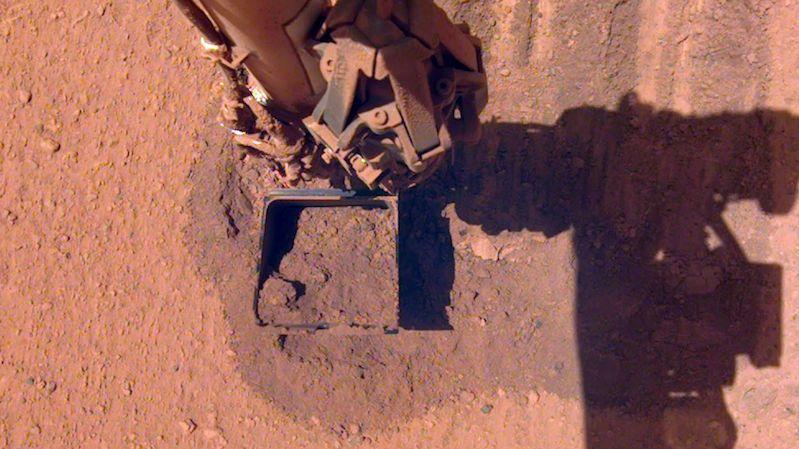 Sonda InSight se na Marsu potýká s prachem. Mise předčasně skončit nemusí