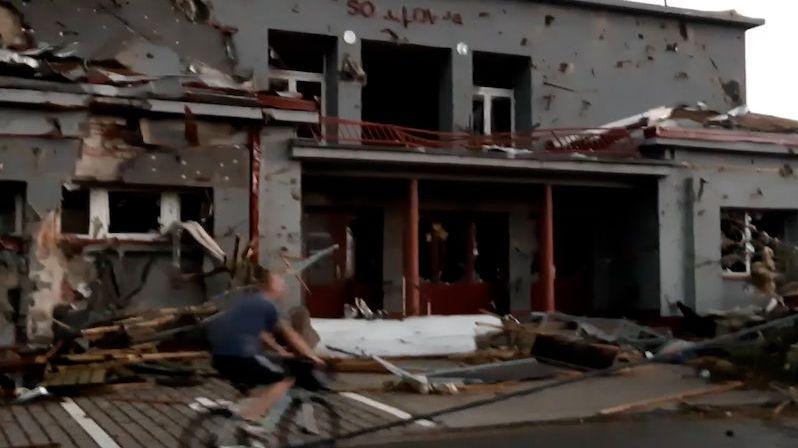 Je to jako po bombardování, vzduchem létaly střechy, popsal svědek