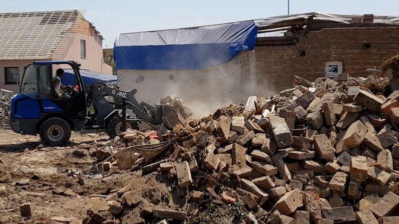 První tornádem poničené domy jdou k zemi. Bude jich více než sto