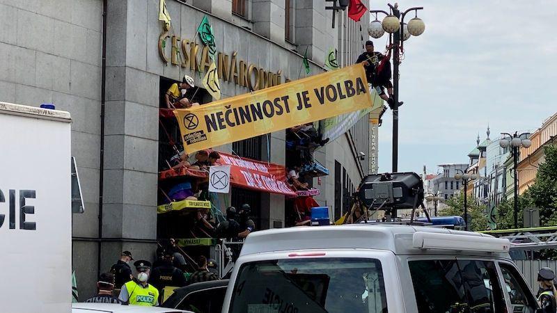 Policie sundala aktivisty z budovy ČNB