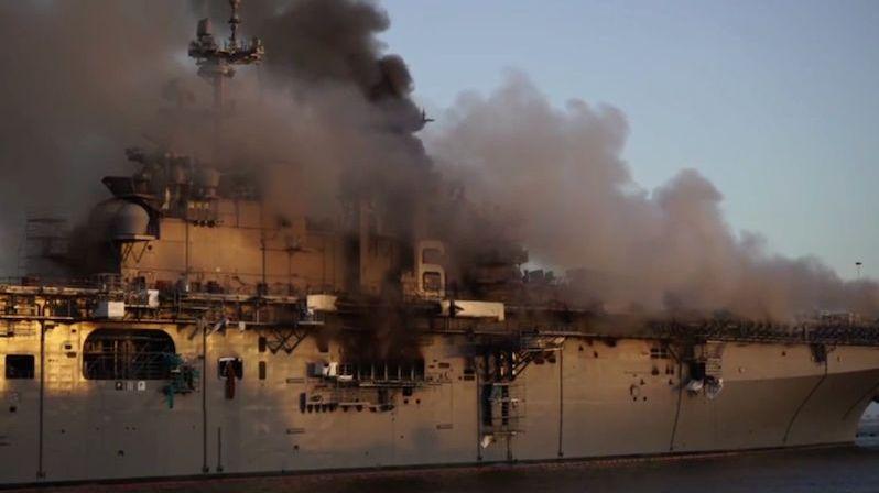 Zničující požár na výsadkové lodi založil americký námořník