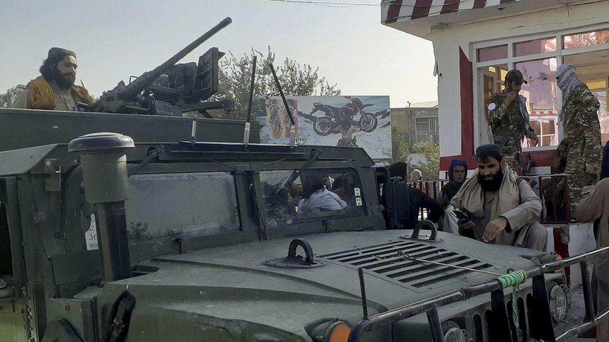 Tálibové se projíždí v blackhawku. Získali americkou výzbroj za miliardy dolarů