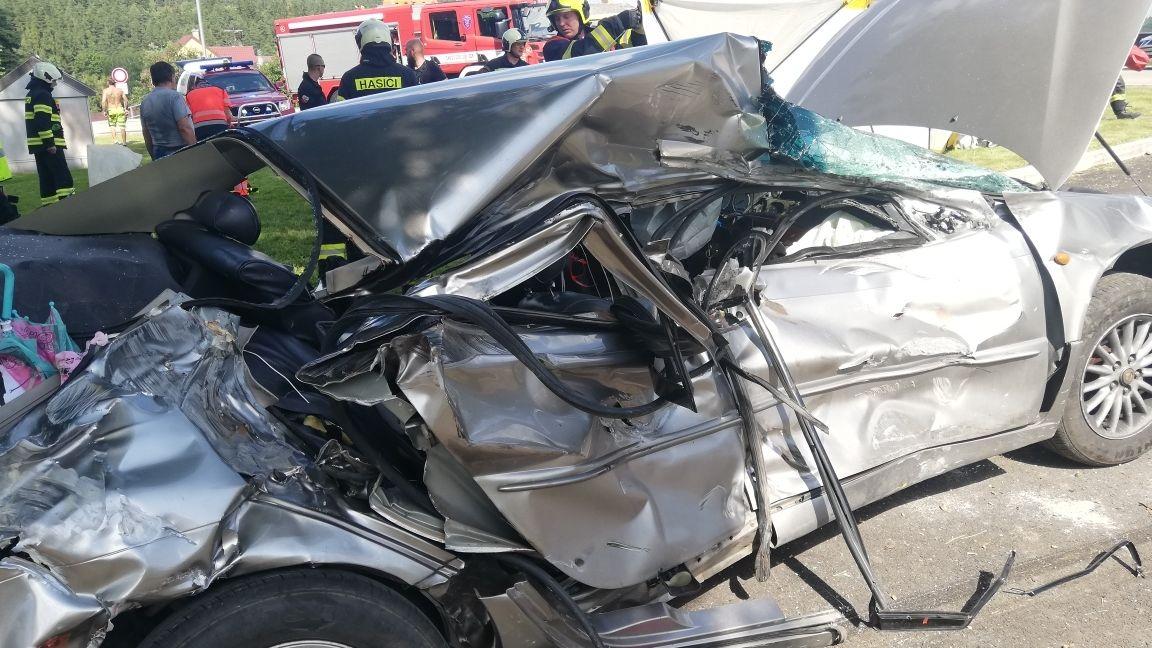 Při srážce vlaku s osobním autem na Českokrumlovsku se zranil řidič i děti