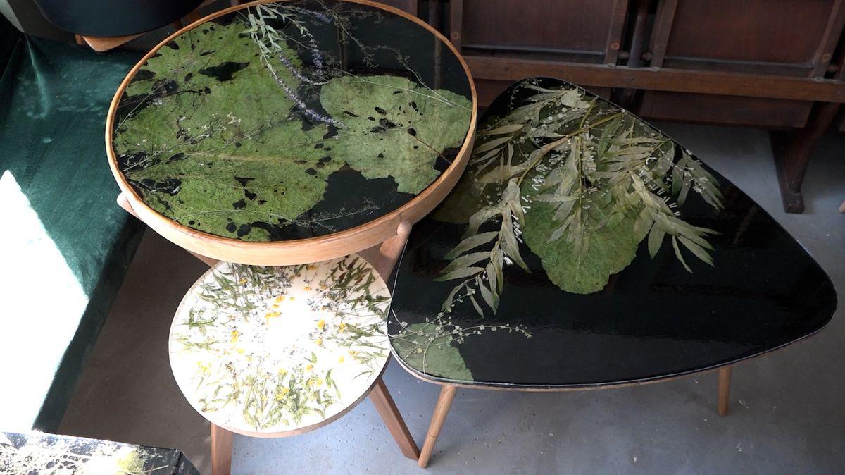 Výtvarnice upcykluje starý nábytek, používá k tomu sklo, pryskyřici a rostliny