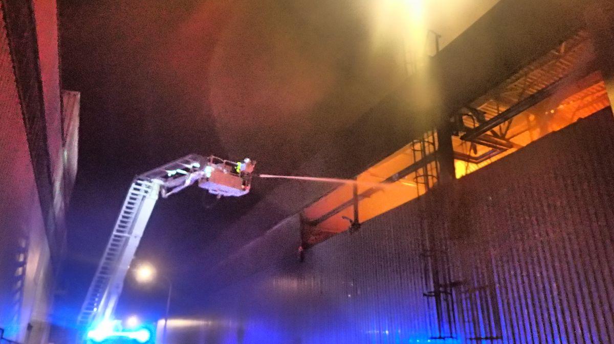 Hasiči celou noc likvidovali požár haly. Škoda je 200 milionů