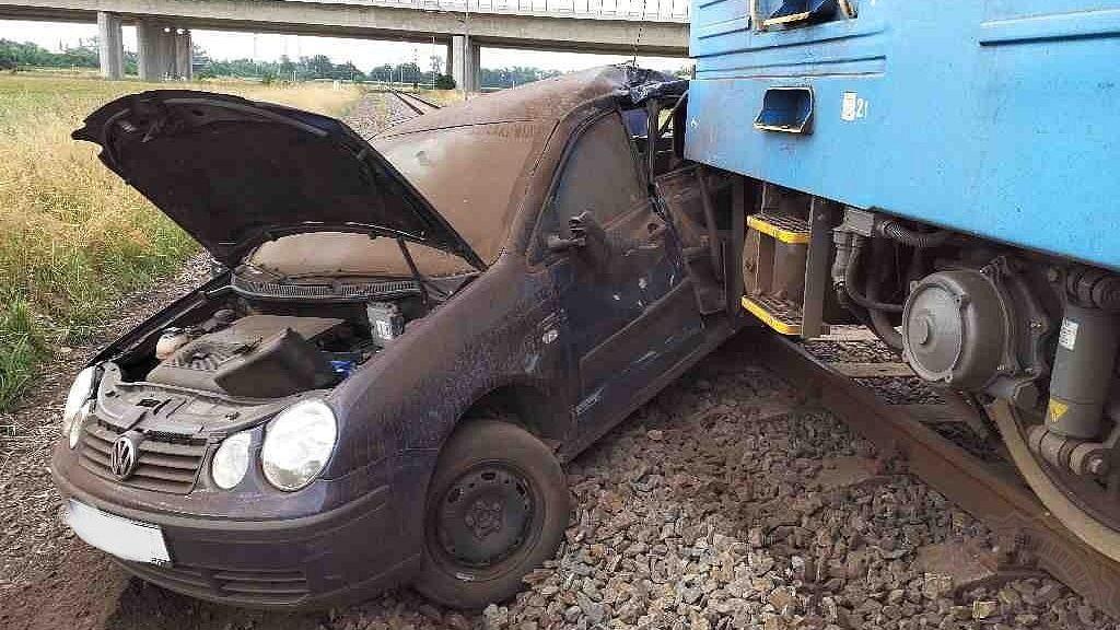 Vlak na Pardubicku probodl nárazníkem auto, řidička skončila v nemocnici