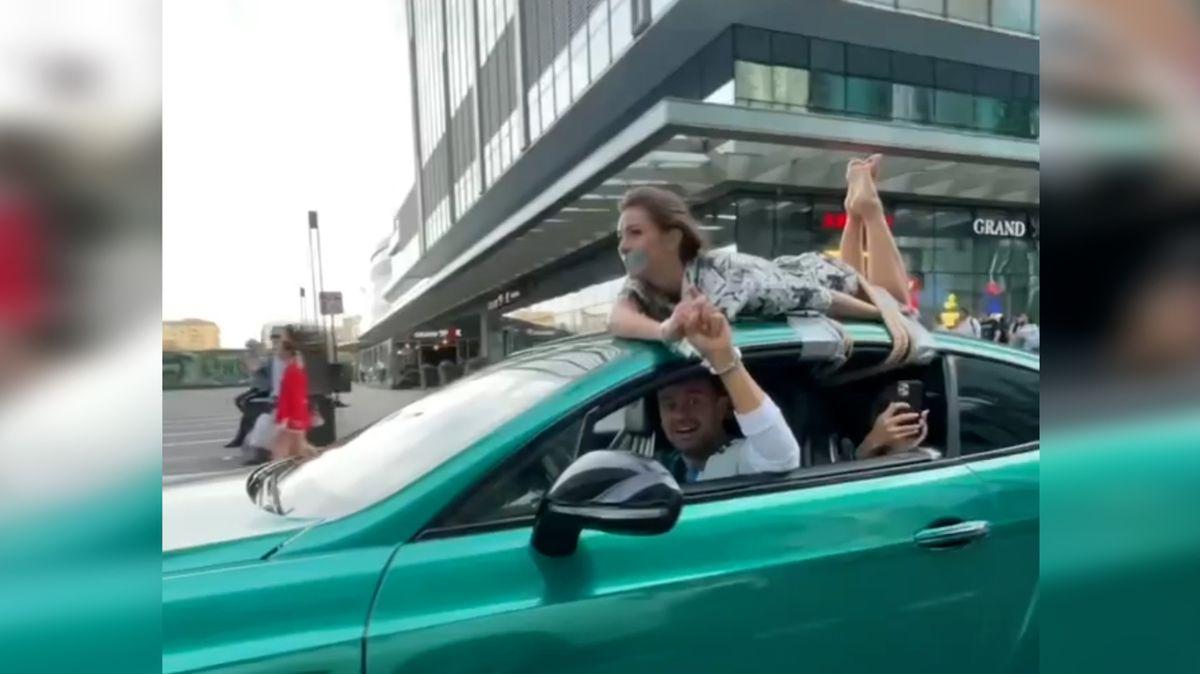 Ruský influencer přivázal svoji přítelkyni na střechu auta a projel se s ní