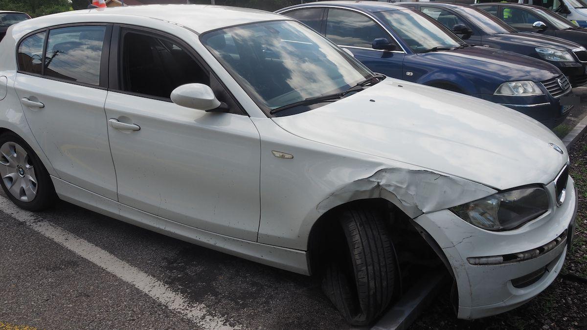 Řidič BMW se čtyřmi promile boural. Svědci ho zadrželi a policie mu auto zabavila