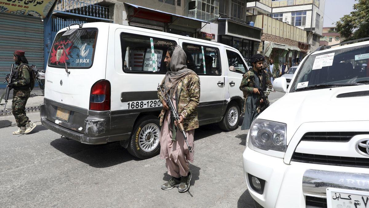 Tálibové obklíčili letiště v Kábulu, nechtějí tam pouštět Afghánce