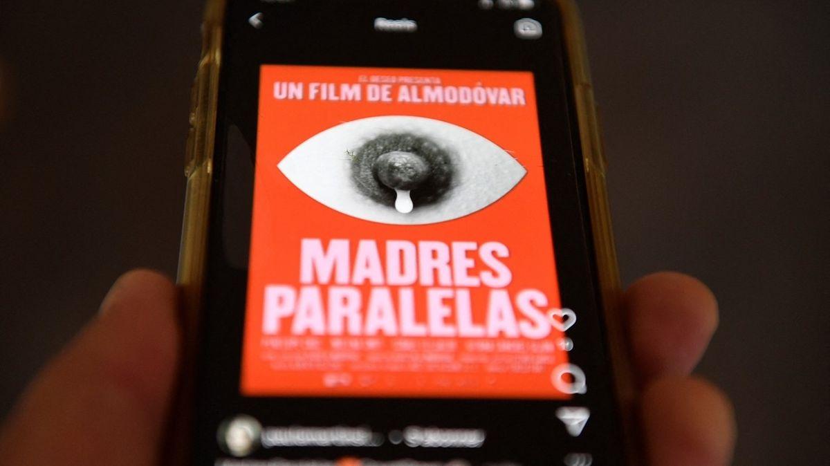 Instagram smazal režisérovi Almodóvarovi plakát k filmu. Kvůli bradavce