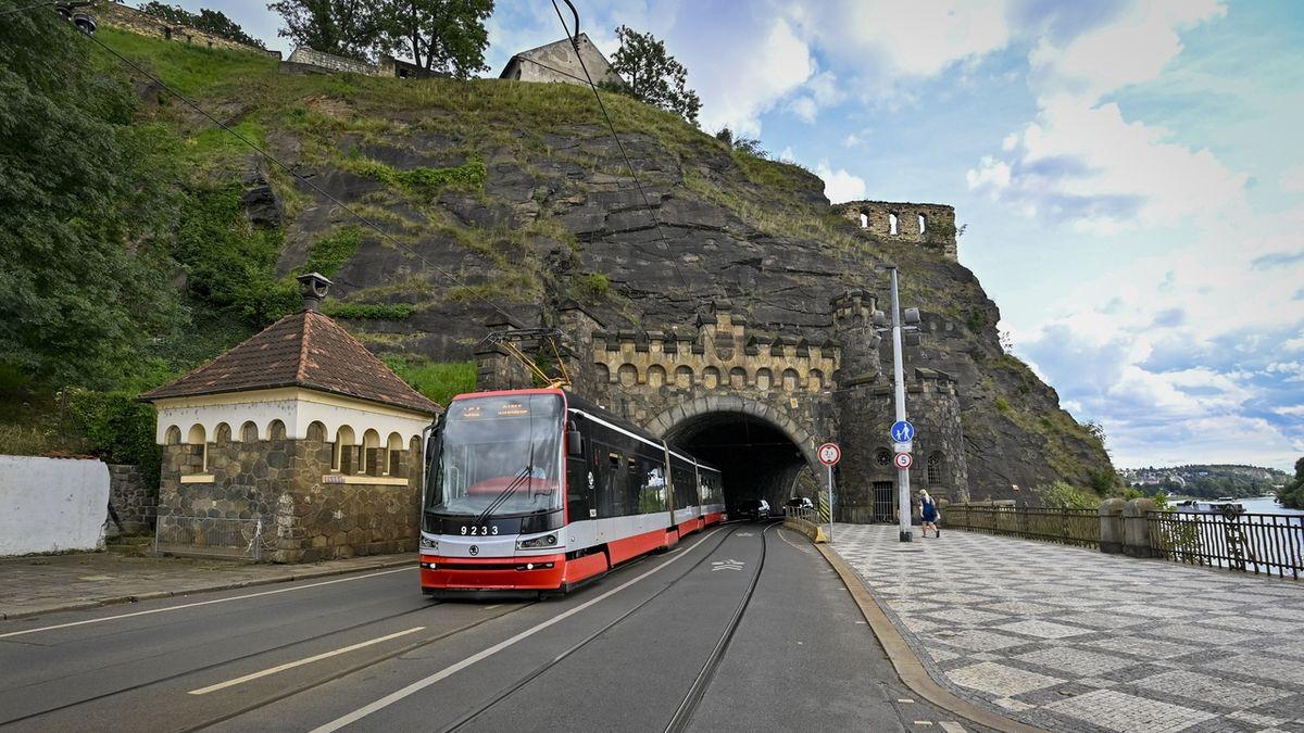 Mezi Výtoní a Podolím bude tři týdny místo tramvají jezdit loď