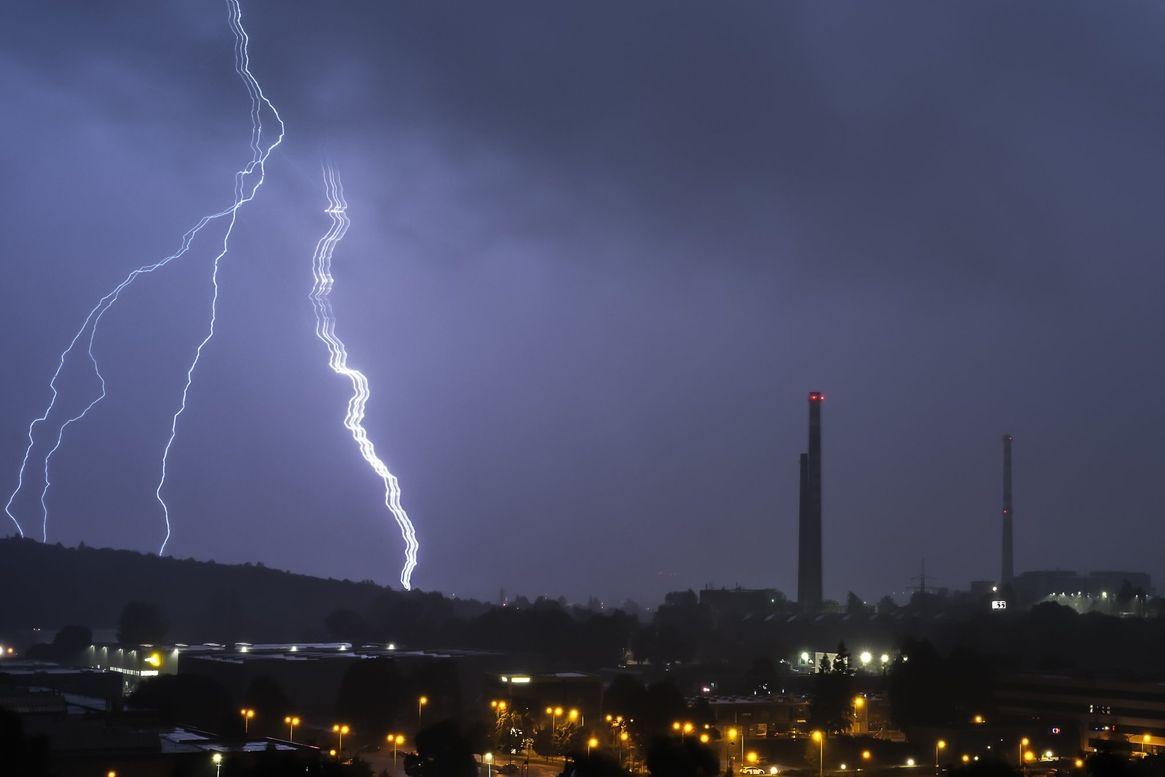 Brněnskému fotografovi Pavlu Gabzdylovi se podařilo zachytit vzácný stuhový blesk, který má širší kanál s několika výboji.