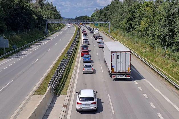 Kolony na D1 kvůli nehodám ve středních Čechách