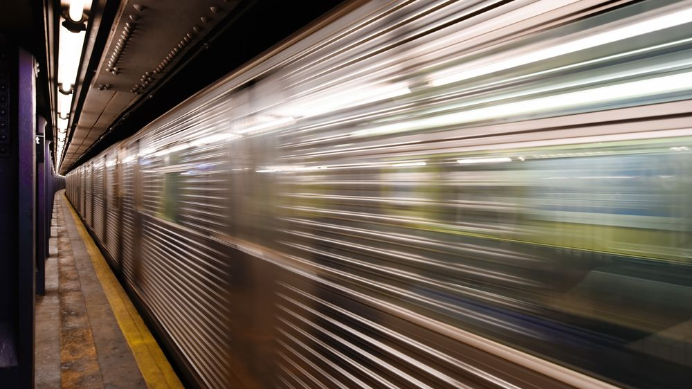 Vozíčkář sjel v newyorském metru do kolejiště, lidé na nástupišti rychle zasáhli