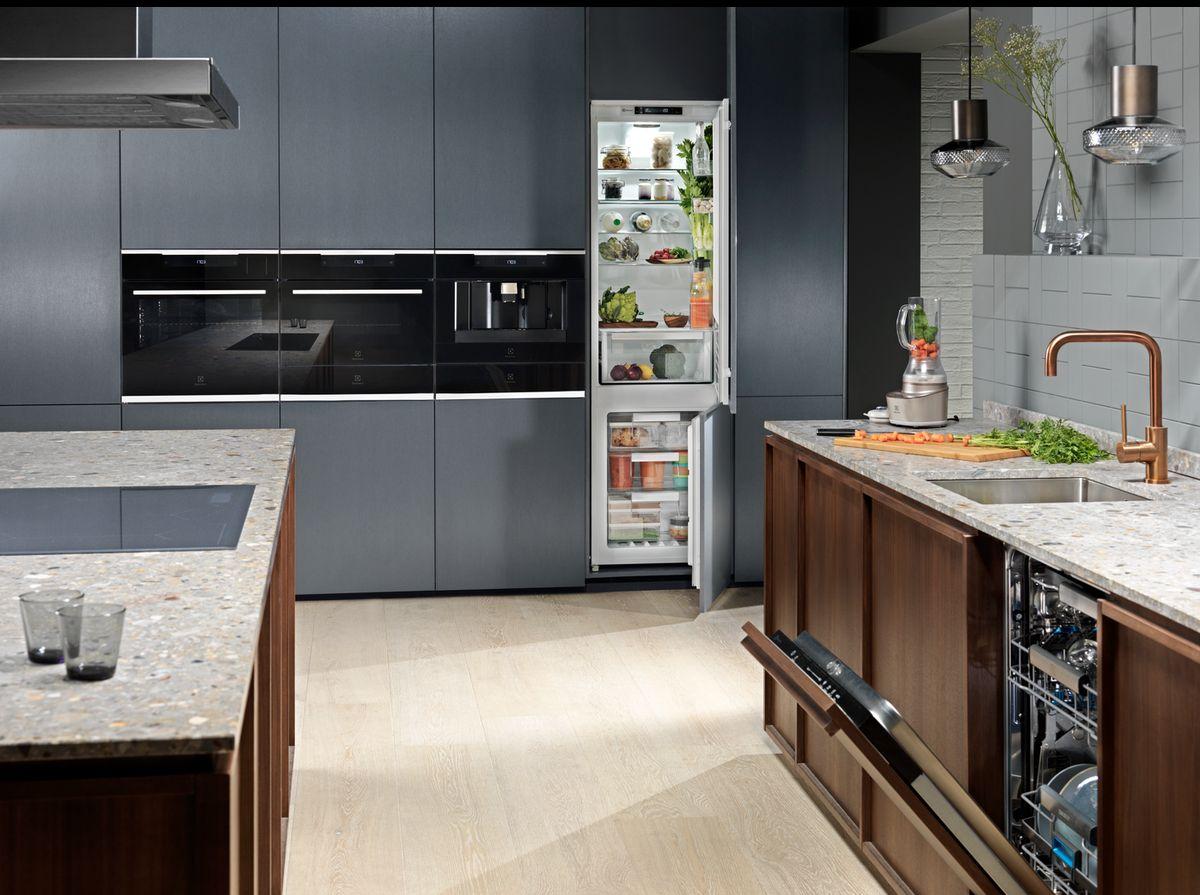 Pokud je kuchyňský kout součástí obývacího prostoru, volíme spotřebiče vestavné a k nim co nejvíce uzavřených skříněk. Docílíme tak čistého designu a pocitu uklizené kuchyně.