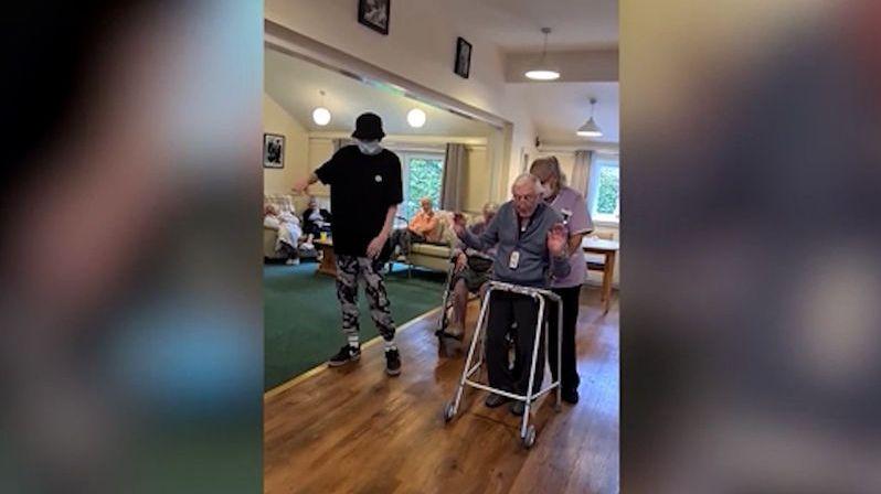 Autista v domově důchodců roztancoval 101letého muže