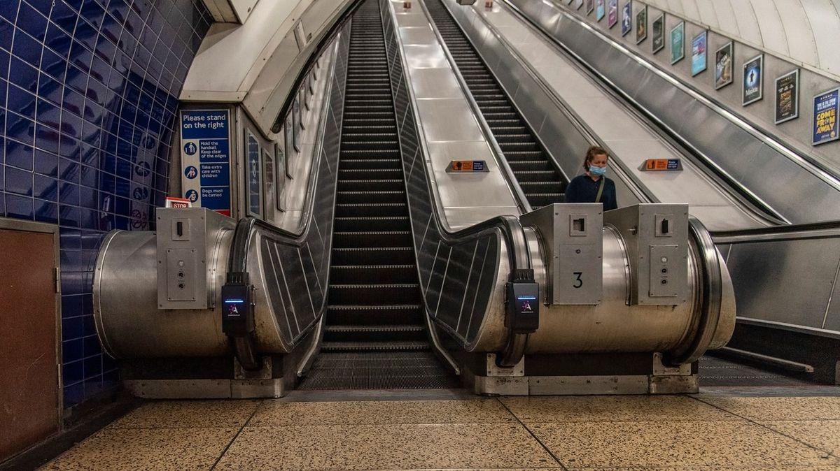 Cestující v londýnském metru se kvůli nákaze bojí držet madel a padají z eskalátorů