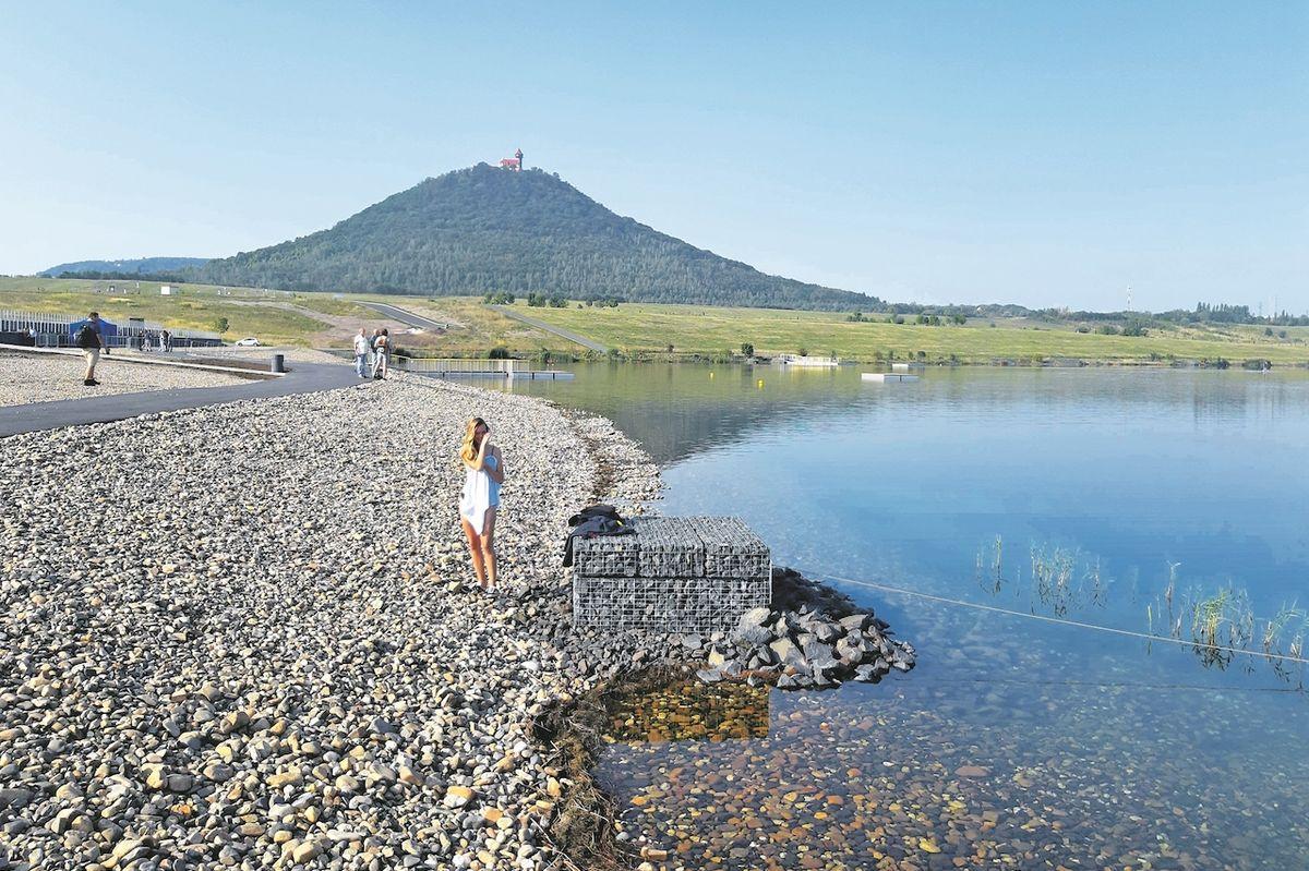 Jezero láká návštěvníky k rekreaci i sportu.