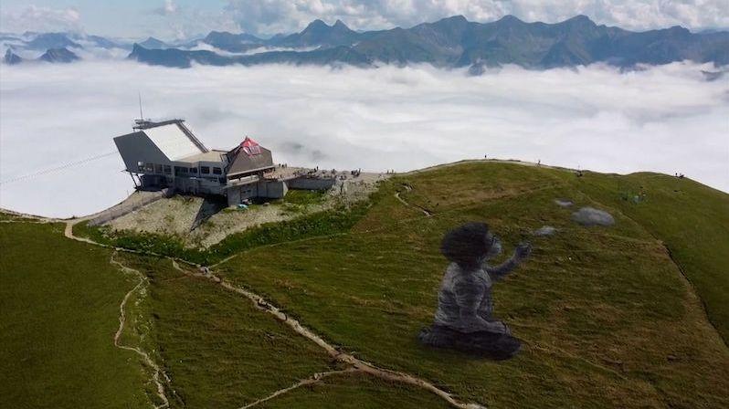 Vrchol hory ve švýcarských Alpách pokrylo obří graffiti