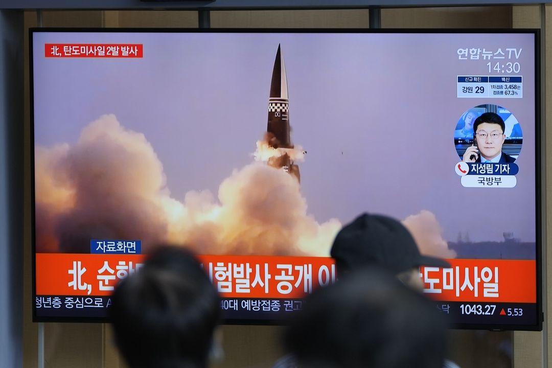 Jihokorjwci sledují v ulicích zprávu o severokorejském raketovém testu