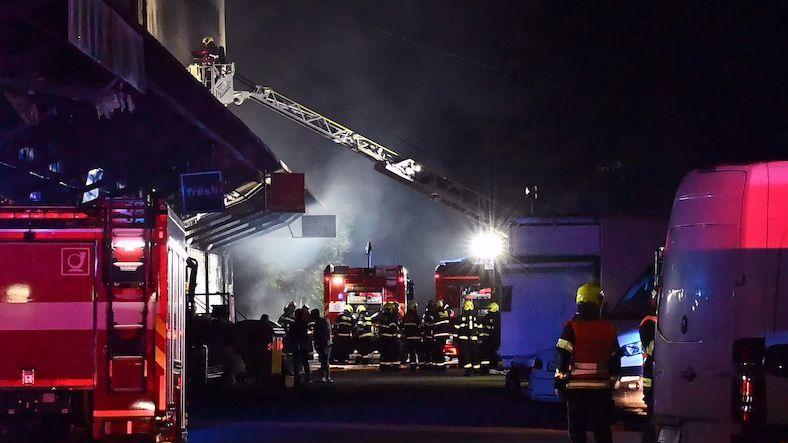 Na pražském Žižkově vzplála hala, hasiči vyhlásili třetí stupeň poplachu
