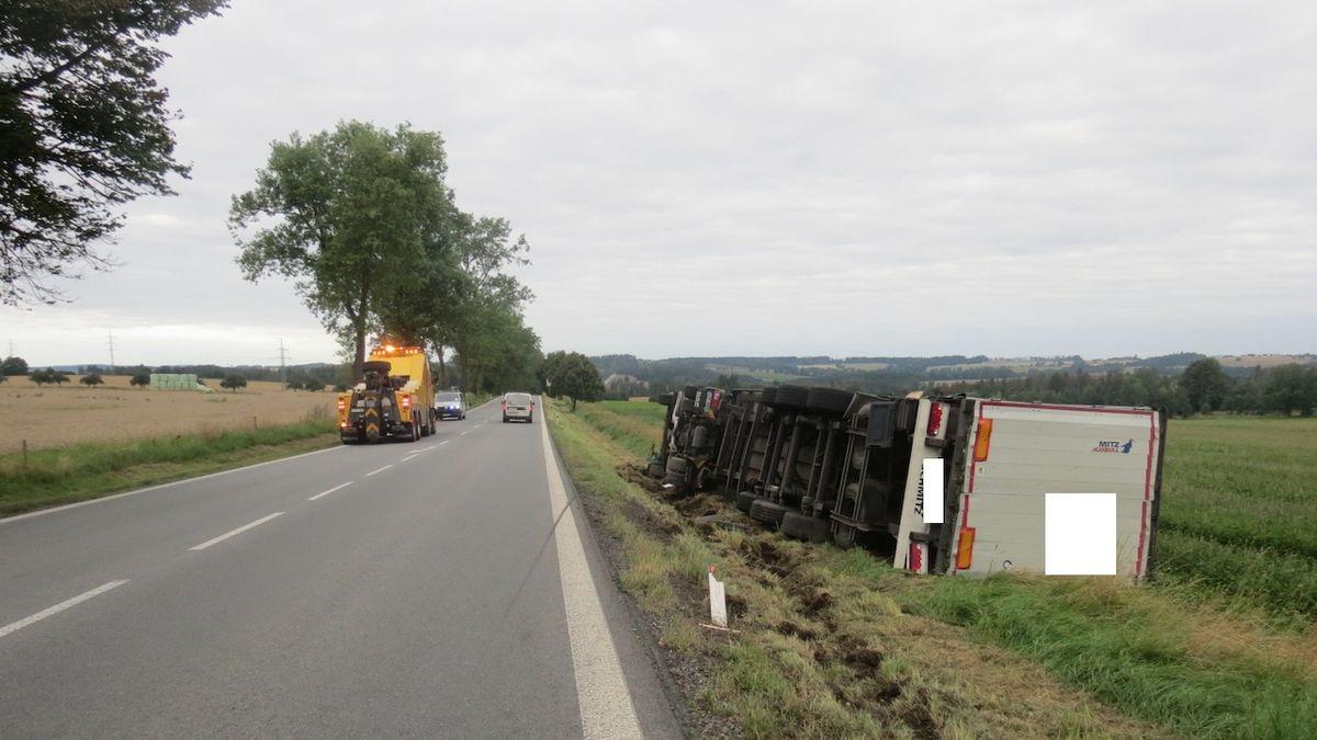 Kamioňák pil přímo za volantem, na Pelhřimovsku skončil s 2,7 promile v příkopu