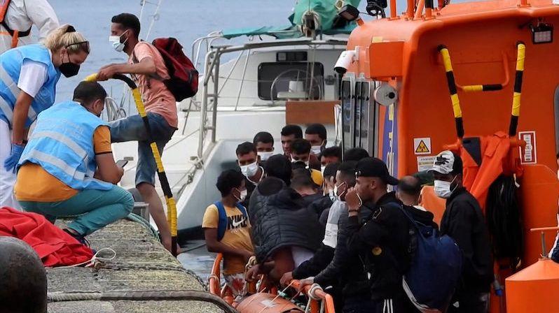 U Španělska pohřešují tucet migrantů, dva zachránili
