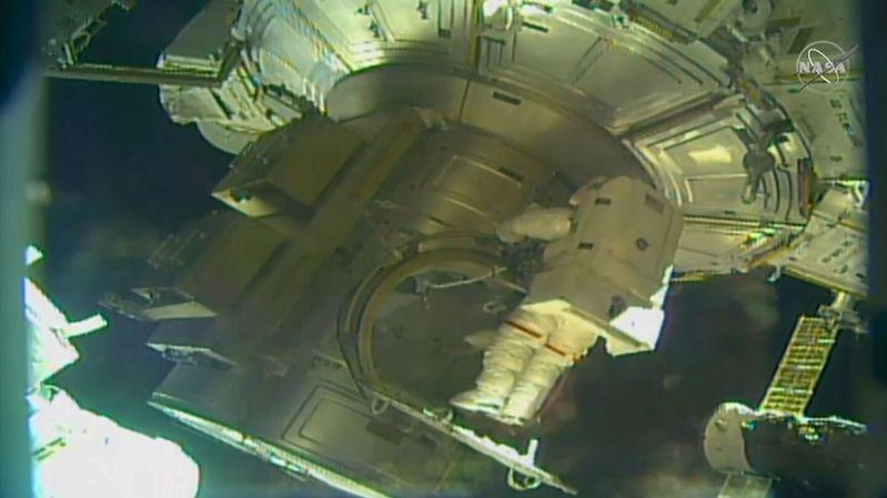Astronauti Hošide a Pesquet chystali u ISS instalaci dalších solárních panelů