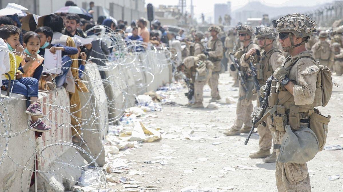 Nejezděte na kábulské letiště, je to nebezpečné, vyzývají ambasády a nasazují vrtulníky