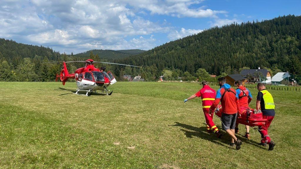 Vrtulníky nestačily odvážet zraněné cyklisty z Jeseníků. Mezi nimi i děti