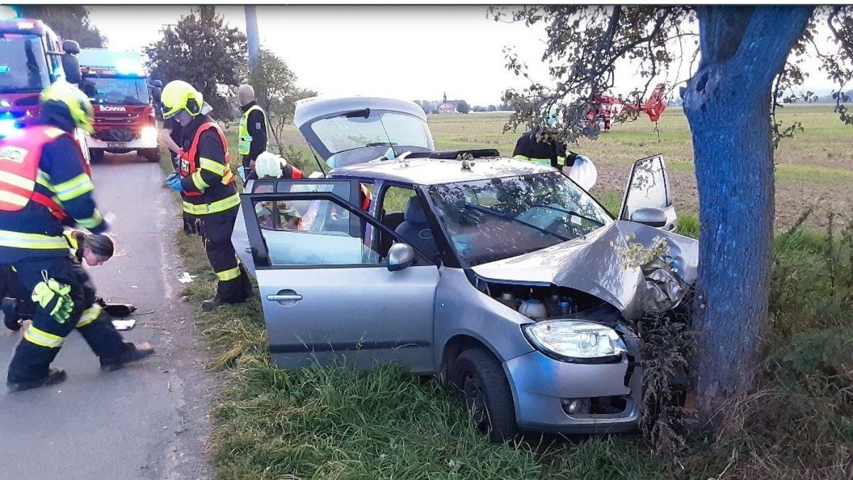 Auto na Olomoucku narazilo do stromu. Pět zraněných, startoval vrtulník