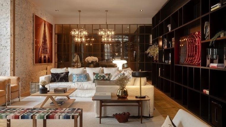 Moderní byt ve stoletém domě nabízí klidné útočiště po dni stráveném ve víru velkoměsta