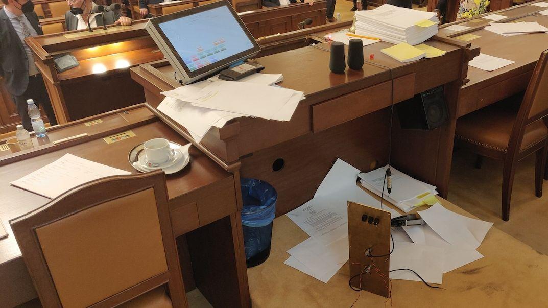 Volný ve Sněmovně zdemoloval stůl předsedajícího