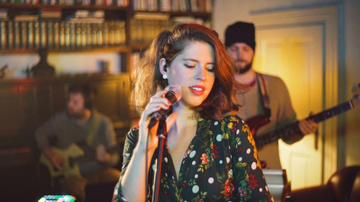 Na odvážné desce slovenské zpěvačky Mikulcové se podíleli Lipa, Bárta či König