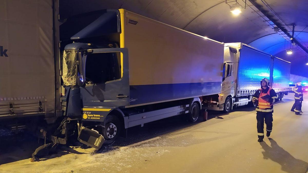 Hromadná nehoda čtyř kamionů v tunelu v Praze: Směr na D5 uzavřen