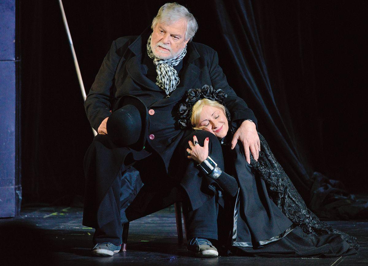 Už jako osmdesátník si zahrál Šaška Festeho v inscenaci Večer tříkrálový v pražském Divadle pod Palmovkou. Na fotce s Ivanou Wojtylovou.