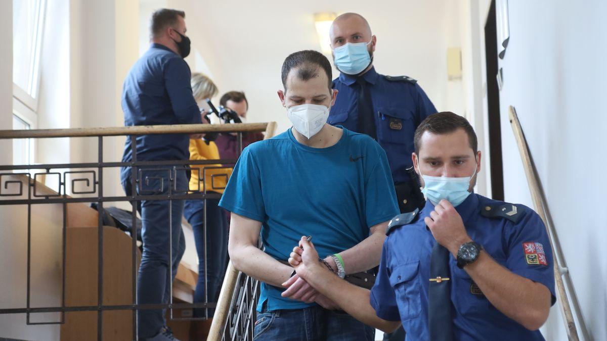 Obžalovaný Lubomír Gavenda odchází po rozsudku z jednací síně.