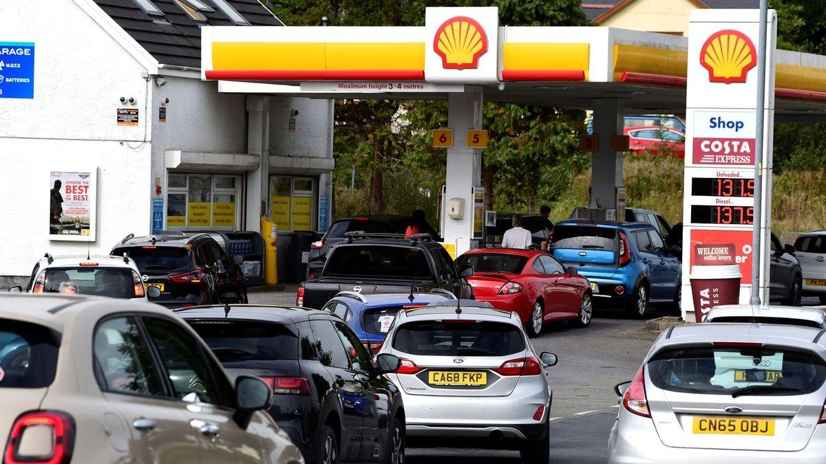 Benzinová krize: Británii chybí 100 tisíc řidičů, chce vydávat víza