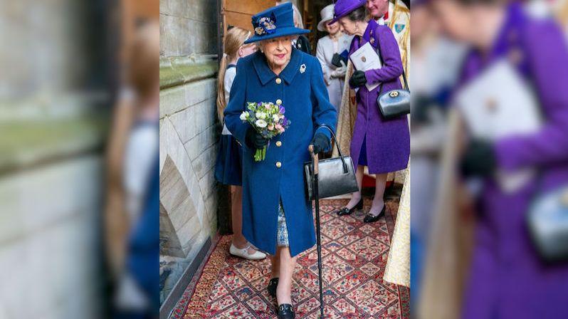 Pětadevadesátiletá britská královna se na veřejnosti po letech objevila s hůlkou