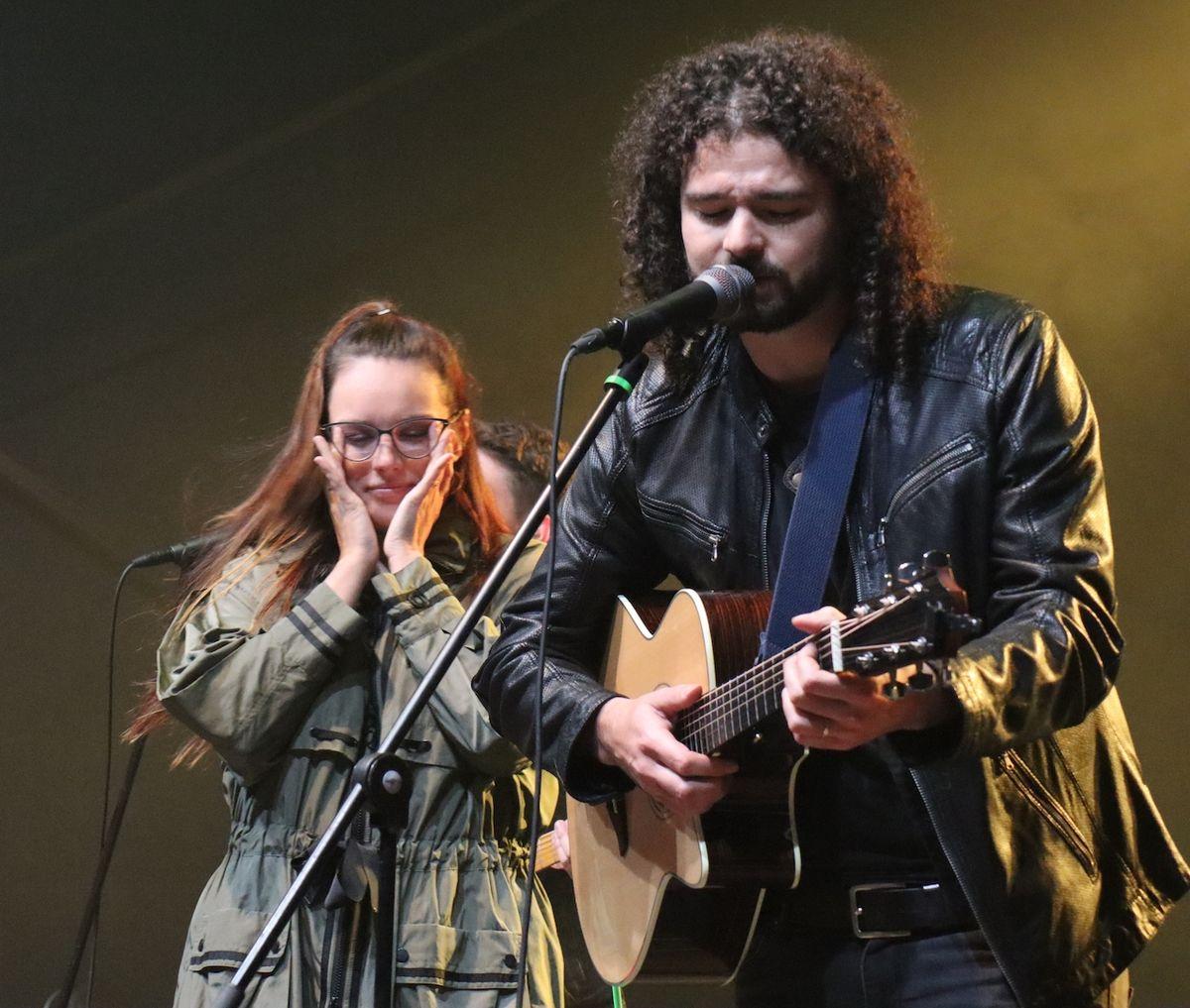 Při písni Dobré ráno milá nahradil Davida Stypku, který duet zpíval s Ewou Farnou, její manžel Martin Chobot.