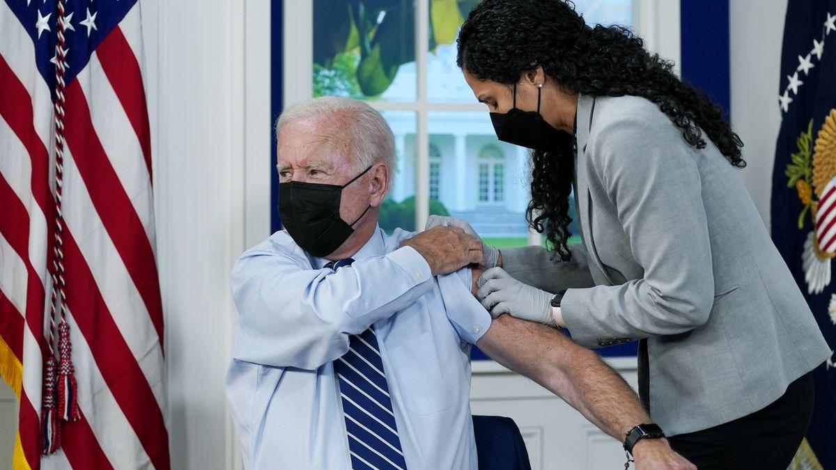 Prezident Joe Biden dostává třetí dávku vakcíny proti koronaviru.