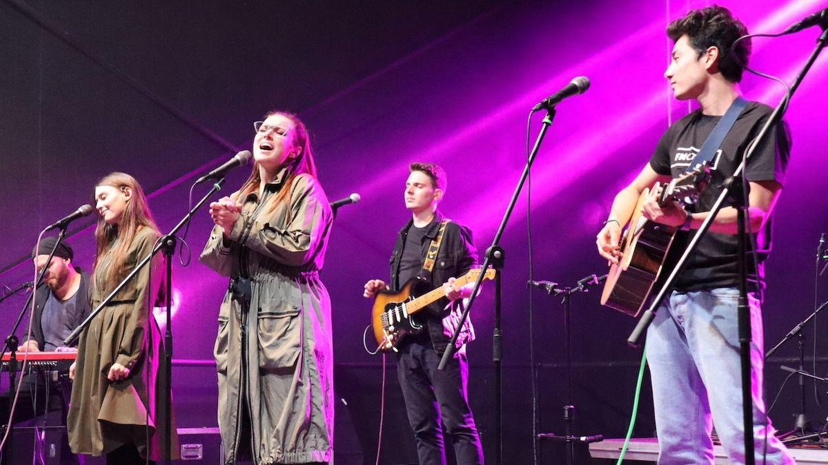 Při jedné ze Stypkových písní se na pódiu sešli společně (zleva) Kateřina Tichá, Ewa Farna a Mirai Navrátil.