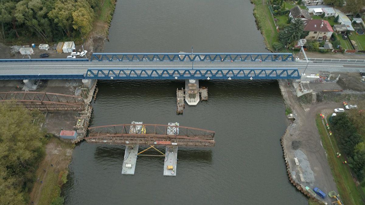 Starý železniční most v Čelákovicích se na pontonu svezl na břeh